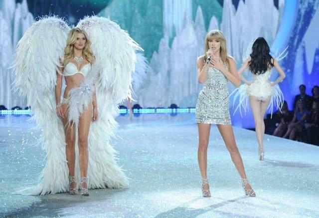 taylor swift je ukombinovala svoj stajling sa viktorijinim lepoticama Viktorijini anđeli raširili krila