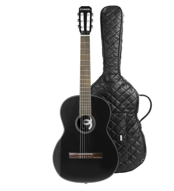 Chanel gitara 12 Chanel proizvoda koje Coco Chanel ne bi odobrila