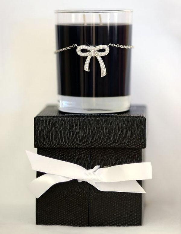 Crno bela sveca na kutiji Deset najluksuznijih novogodišnjih ukrasa
