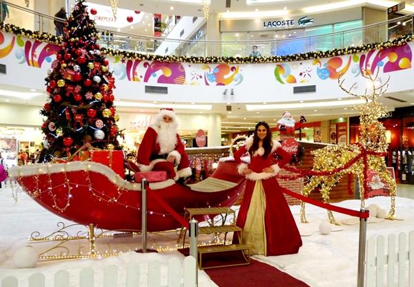 Deda Mraz i Mrazica u atrijumu Delta City ja Da li ste upoznali Deda Mraza?