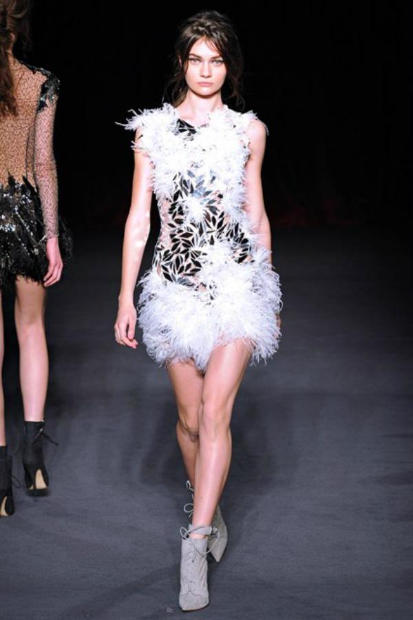 Julien Macdonald haljina Sa krilima od perja u avanturu želja