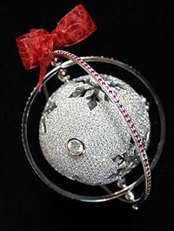 Kristalna kugla sa crvenom masnom Deset najluksuznijih novogodišnjih ukrasa