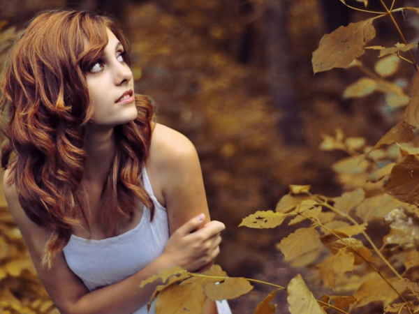 Nature   Seasons   Autumn The Woman is scared in the woods of autumn 046289 29 Ne boji se ko je lav