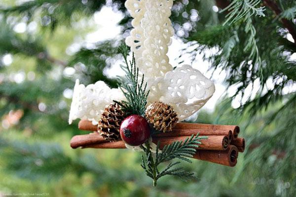 Ukras od stapica cimeta na beloj traci Šuma u vašem domu: Novogodišnja dekoracija
