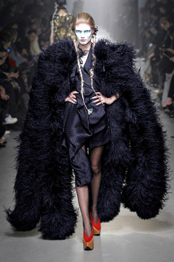 Vivienne Westwood ogrtac Sa krilima od perja u avanturu želja