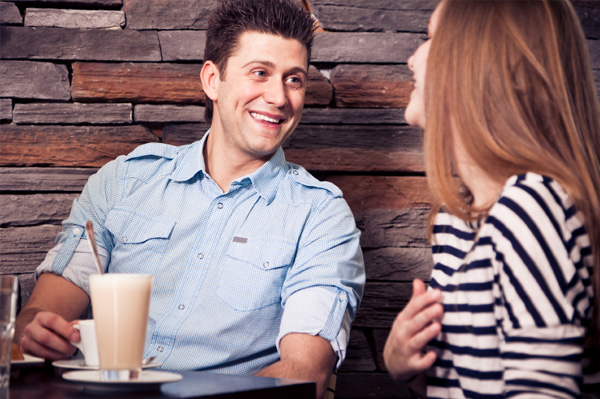 couple flirting at coffee shop Hoću prvo da se bolje upoznamo