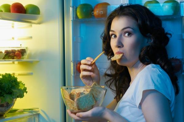 hungry woman at fridge nighttime snack Ženski tripovi: Nisam gladna majke mi