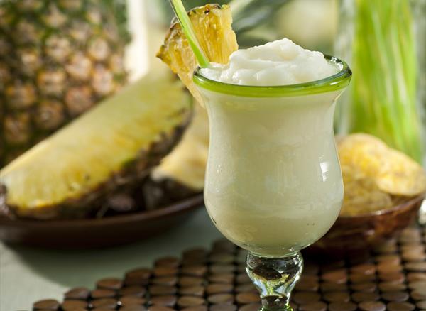 Belo pice i ananas u pozadini Legende o najpoznatijim koktelima