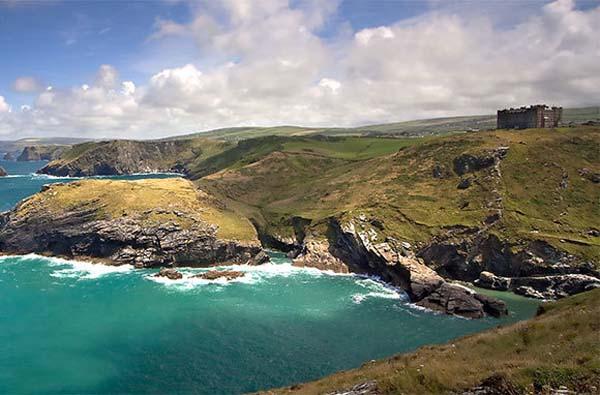 Obala i dvorac u daljini Sedam lokacija između mita i istine