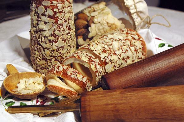 Valjkasti dezert sa listicima badema Put oko sveta do deset najboljih dezerata