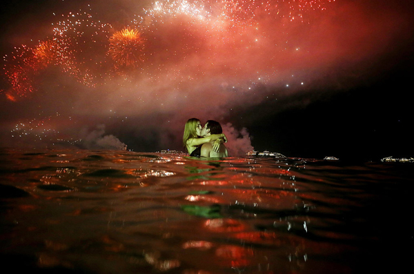 couple kissed water beside Copacabana Beach New Year Eve Rio de Janeiro Brazil Najbolje fotografije sa dočeka Nove godine širom sveta
