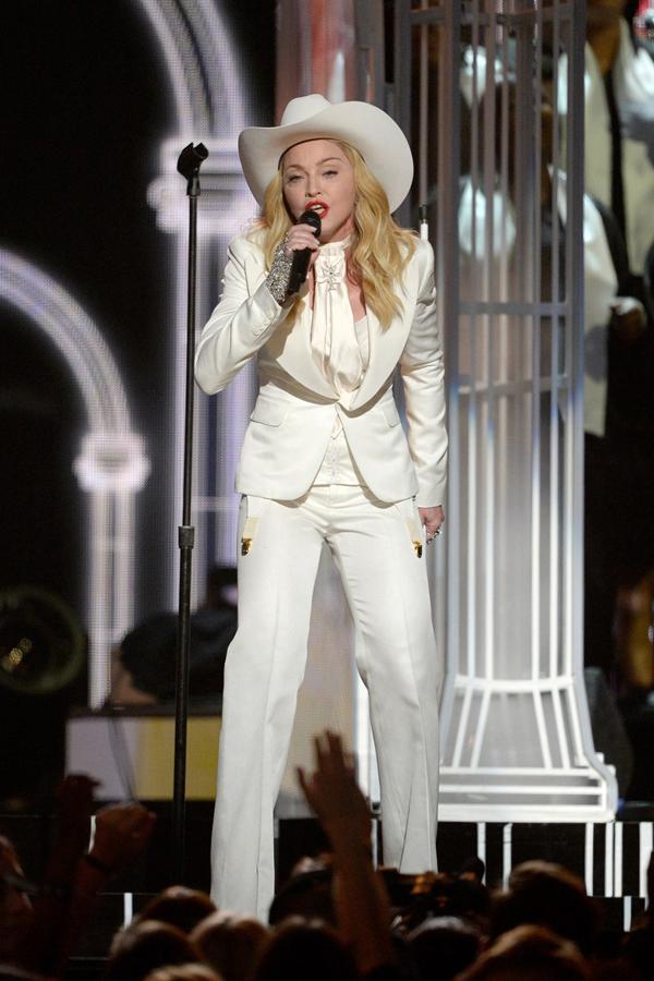 madonna grammy awards glamour 26jan14 getty 960x1440 1 Grammy: Dobitnici i seksi atmosfera