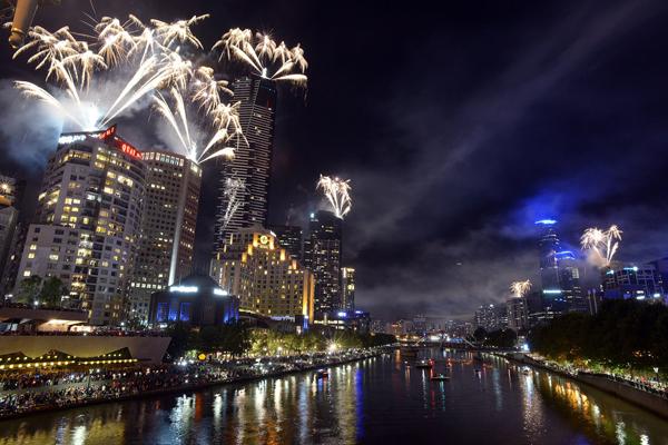 skyline Melbourne Australia surrounded fireworks midnight New Year Eve Najbolje fotografije sa dočeka Nove godine širom sveta