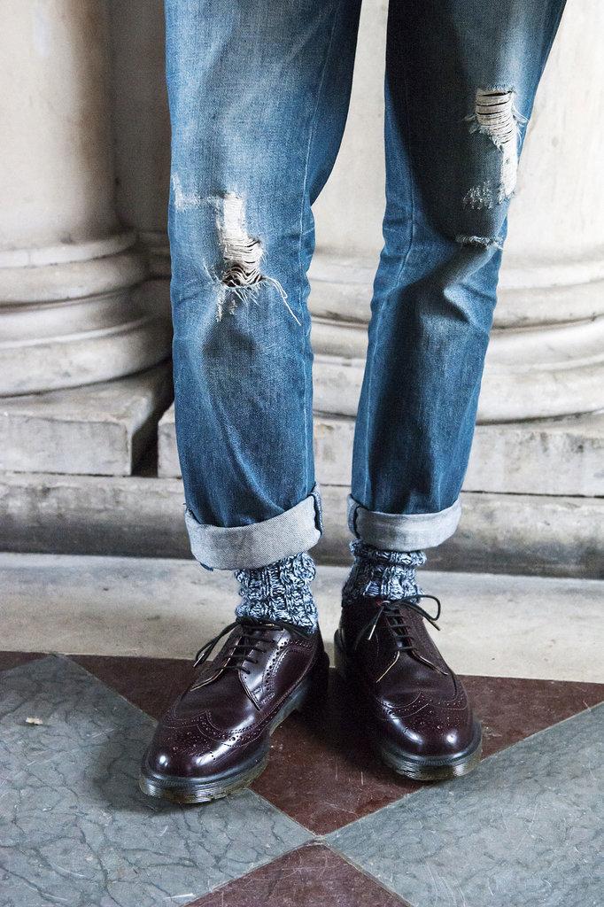 Broken boyfriend jeans burgundy oxfords make great team Street Style: London i detalji