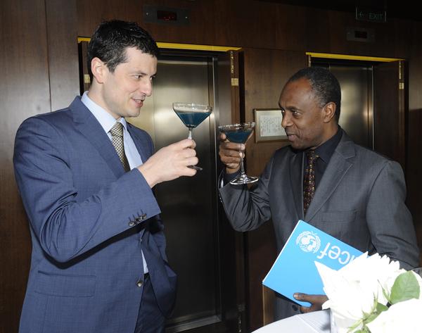 Goran Kovacevic i Michel Saint Lot nazdravljaju posle potpisivanja ugovora UNICEF & Square Nine započeli saradnju na projektu Change for Children