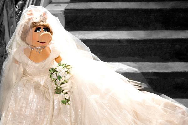Miss Piggy in Viv Westwood vogue 12feb14 pr b Mis Pigi nosi venčanicu Vivijen Vestvud