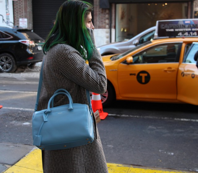 galleryimage12greenhairPASTELbag 640x558 Street Style New York Fashion Week: Najbolji detalji