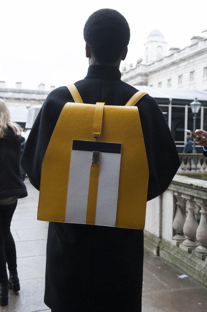isnt your old school backpack Street Style: London i detalji