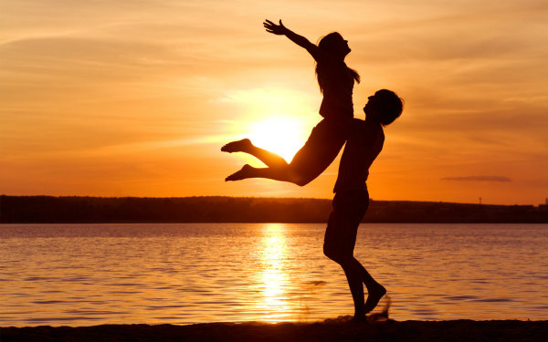 love man woman silhouette sun sunset sea lake beachother1 Kako naći ljubav svog života?