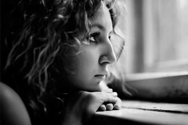 sad woman looking out dark window E pa momci, stvarno ste gadovi!