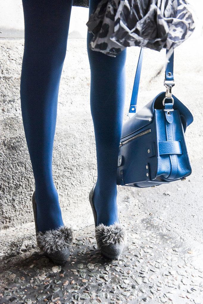 unlikely duo fuzzy heels bright Proenza Schouler bag Street Style: London i detalji