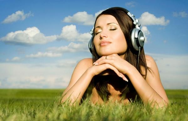 woman cloud music grass Naredni stupanj slušanja muzike – čitanje misli?