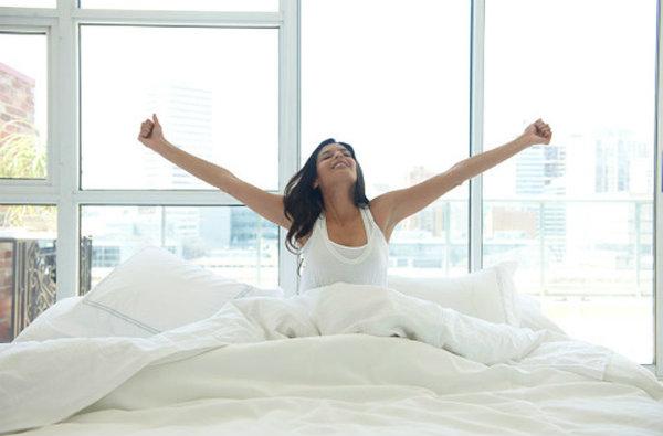 woman waking up motivated lwadann tardif getty Stvari koje treba da uradite pre doručka