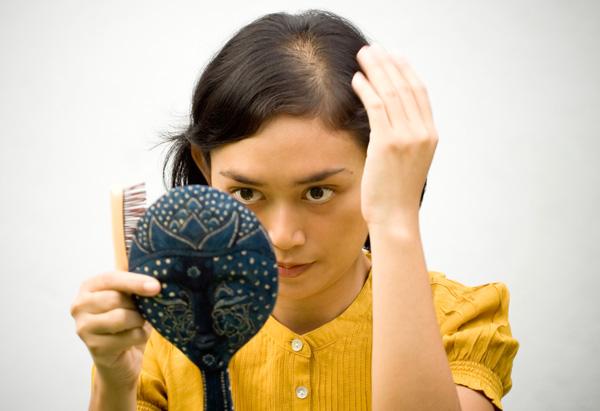 201201 omag thin hair 600x411 Šta to prouzrokuje opadanje kose?