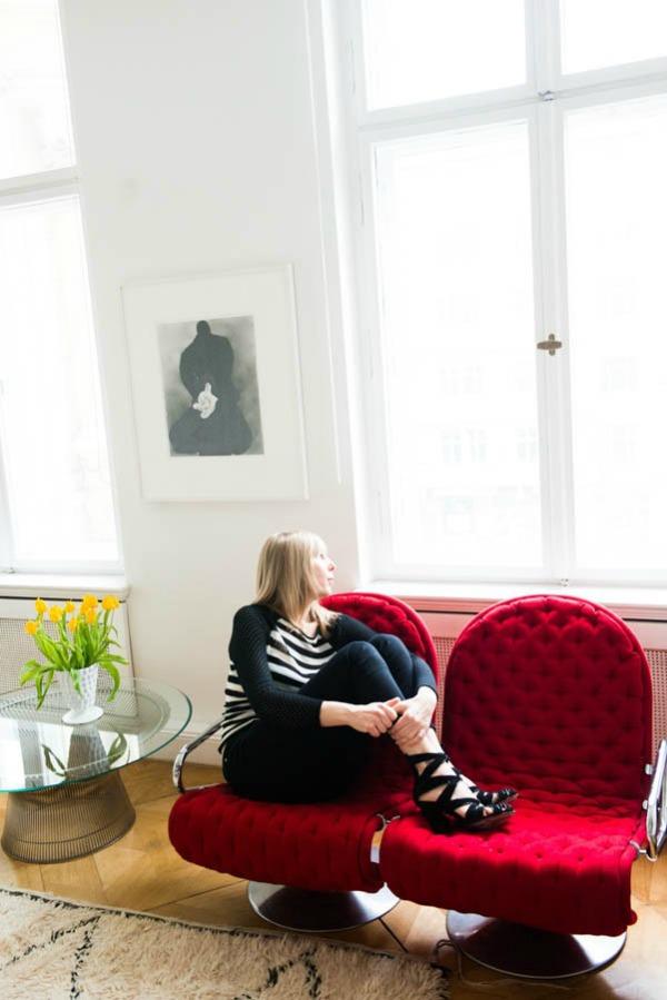 Andjelika Tasen sedi na crvenim foteljama  U njenom domu: Anđelika Tašen