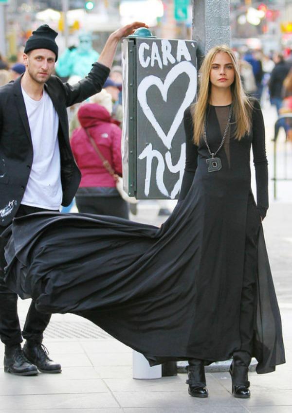 Crna haljina preko pantalona u got fazonu 10 haljina: Kara Delevinj