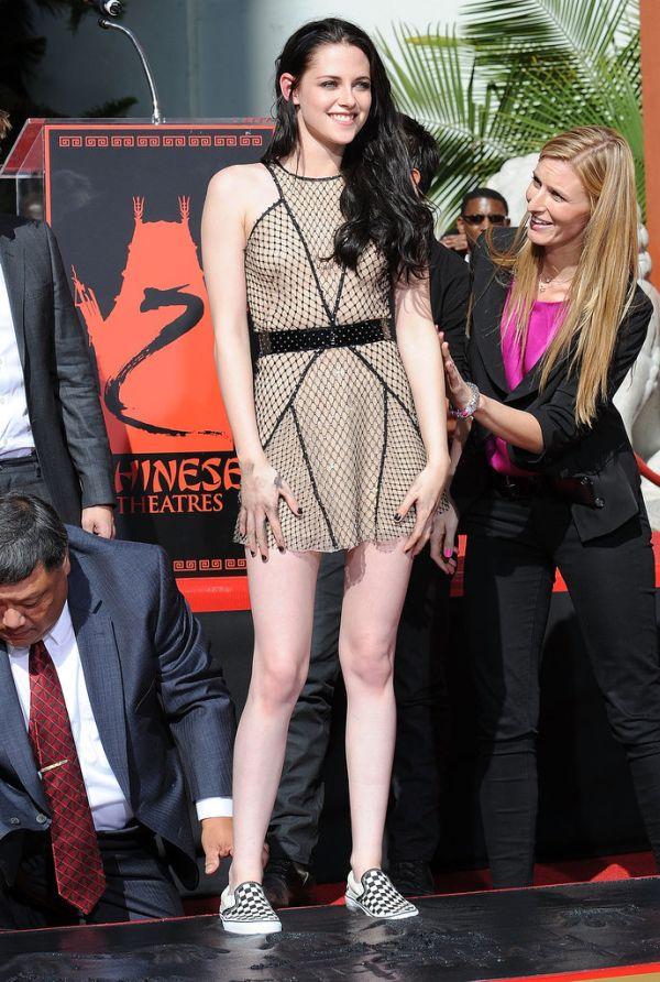 Kristen Stewart Grauman Chinese Theatre 2011 Momenti kada su patike dobile svojih pet minuta
