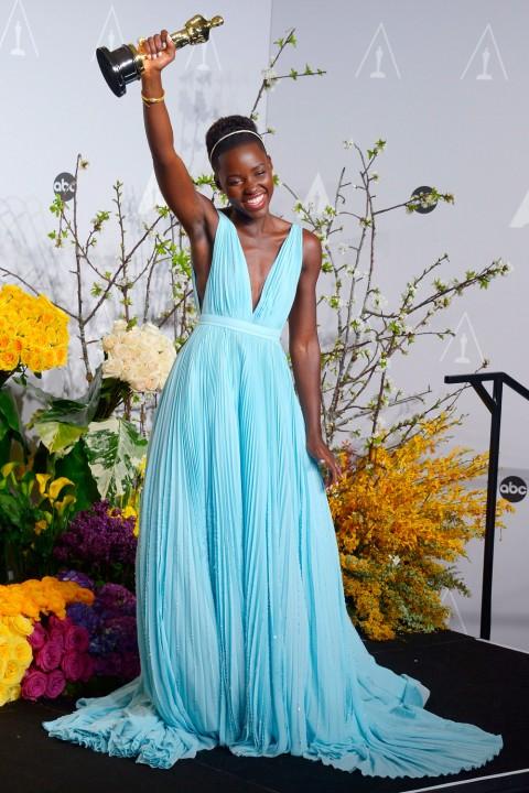 Lupita Nyongo Oscars 2014 I Oskar odlazi u ruke...