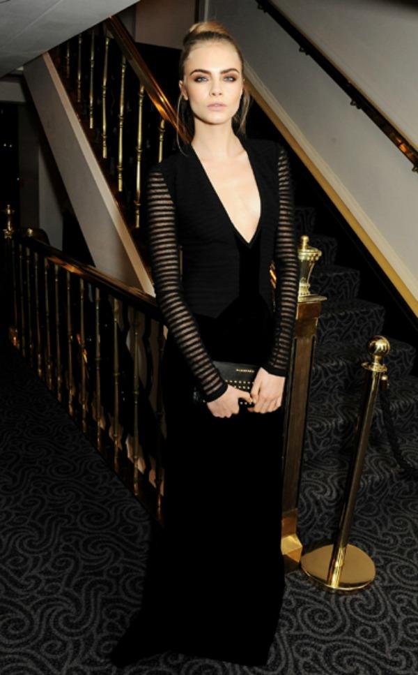 Ova Burberry haljinica joj savrseno pristaje1 10 haljina: Kara Delevinj