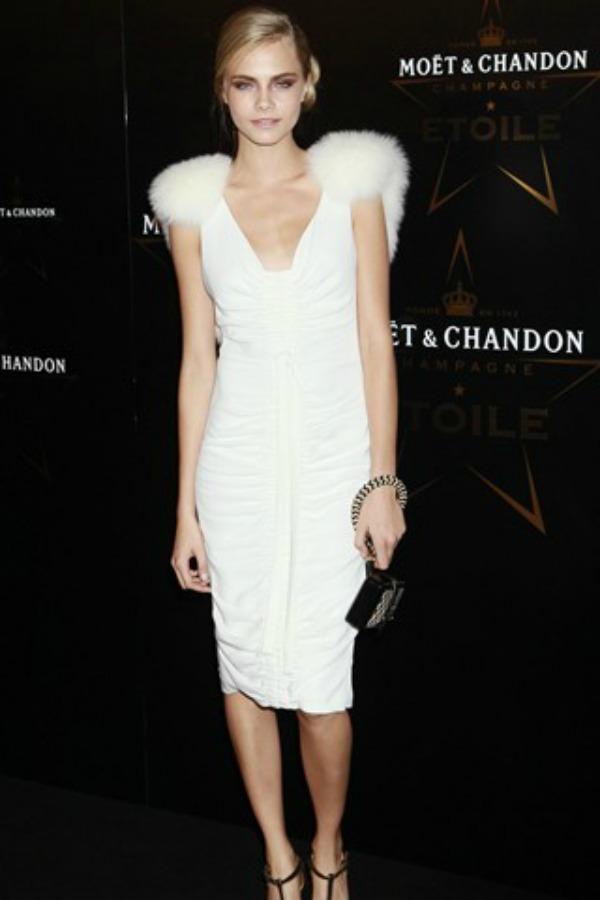Prelepa bela haljina s krznenim detaljima 10 haljina: Kara Delevinj