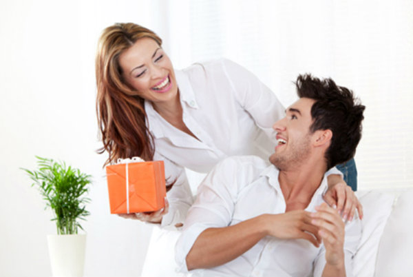 horiz woman giving gift to boyfriend Kako da ne upropastite svoju vezu