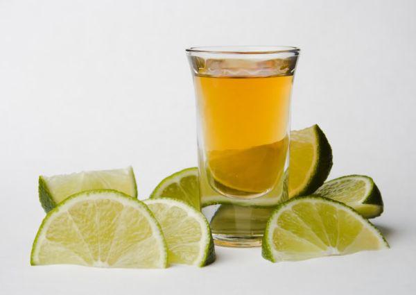 tequila shot with limes Uskliknimo s ljubavlju, tekila pomaže u mršavljenju!