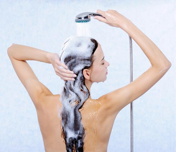 washing hair Koliko često treba da perete kosu zavisi od dužine vaše kose