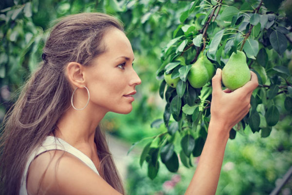 Beautiful woman picking the pear Zdrava i lepa: Hrana koja će vas prolepšati