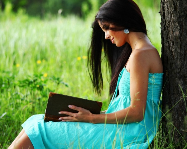 Blue Dress Girl Reading A Book Under The Tree 1024x1280 Prvo knjiga, onda film!