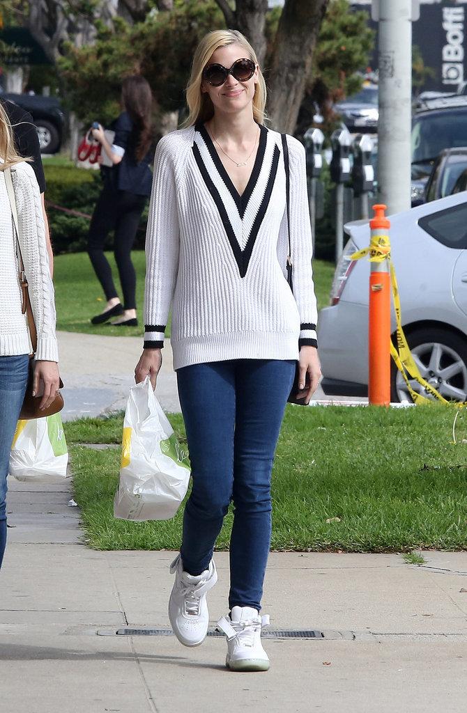 Jaime King preppy cool outfit centered around her sporty Rag Zvezde su odobrile ovaj džemper!