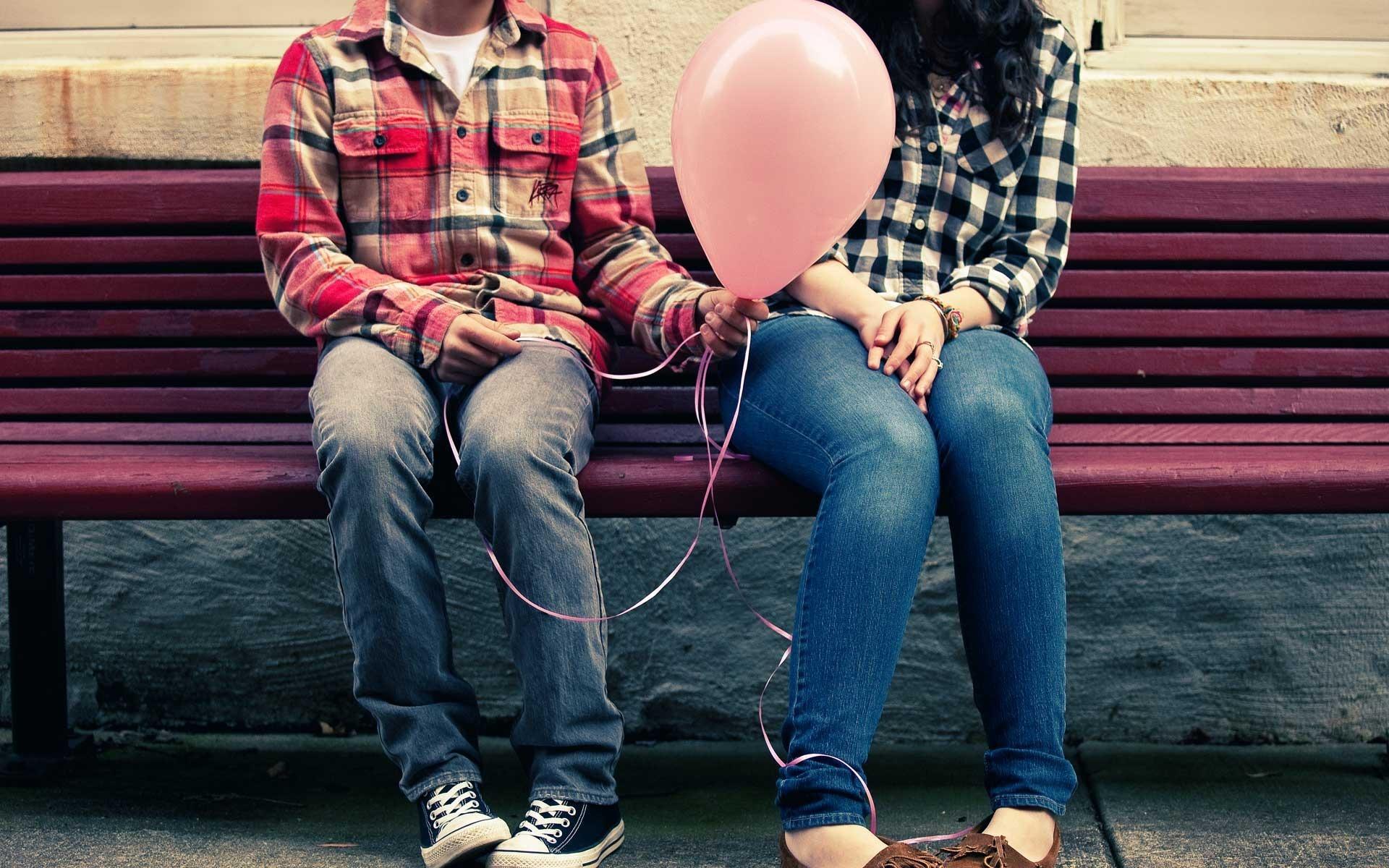 Love couple in bench Mesečni horoskop za maj 2014: Blizanci
