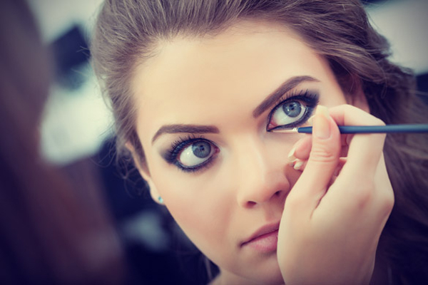 Make up artist applying liquid eyeliner with brush Beauty lekcija: Nanesite ajlajner kao profesionalac