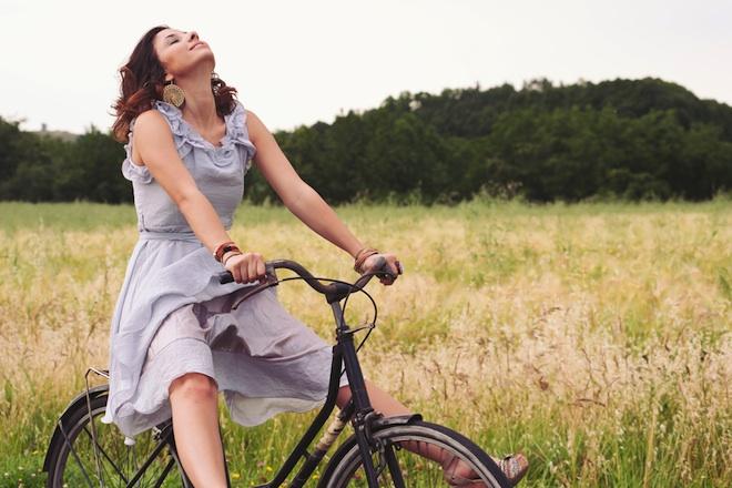 WomanRidingABikeInCountryRoad Striptiz za pismene: Smisao života i ostala ludila