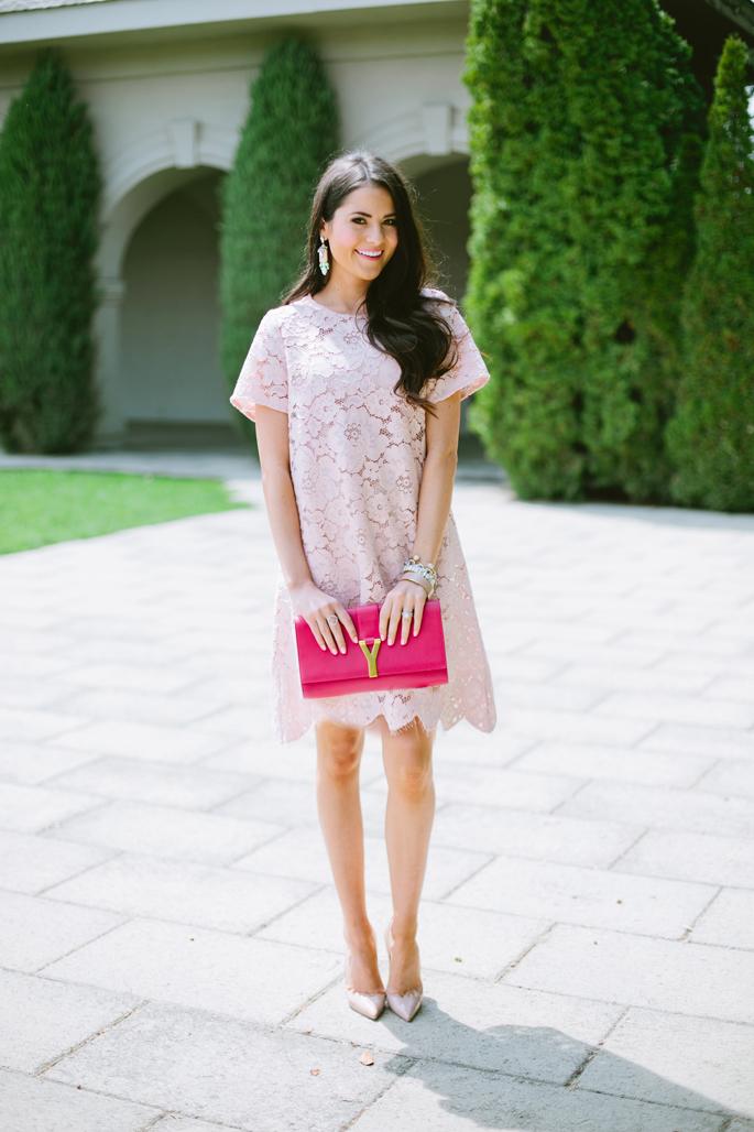blush lace bcbg dress Modne blogerke: Najbolji modni stil nedelje