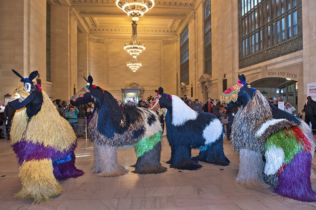 chicago based artist nick cave had the big apple talking last march with a magnificent display of dancing colorful dyed raffia horse sculptures called heard ny dancers climbed inside the sculptures twice a day for  Umetnost je kul: Performansi, skulpture i ostala čuda