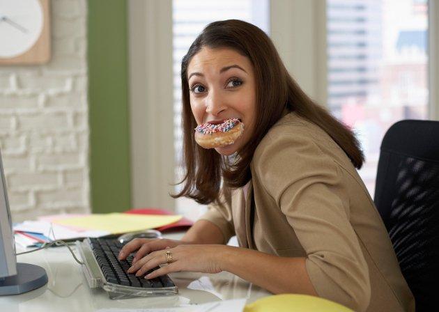 embedded eating on the computer Živi zdravo: Ne usporavajte metabolizam