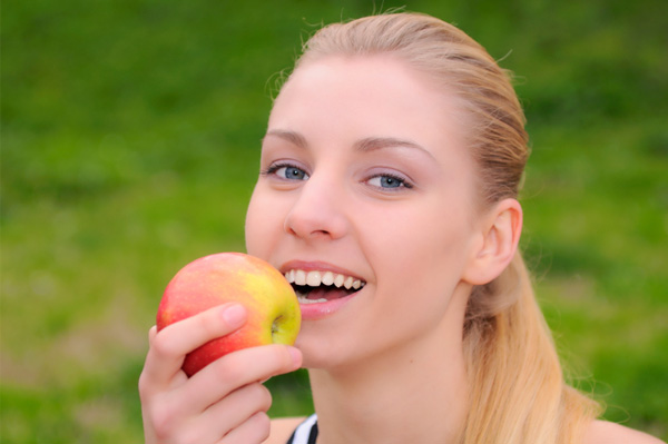 fitness woman eating apple Wannabe Fit: Napravi svoj plan treniranja
