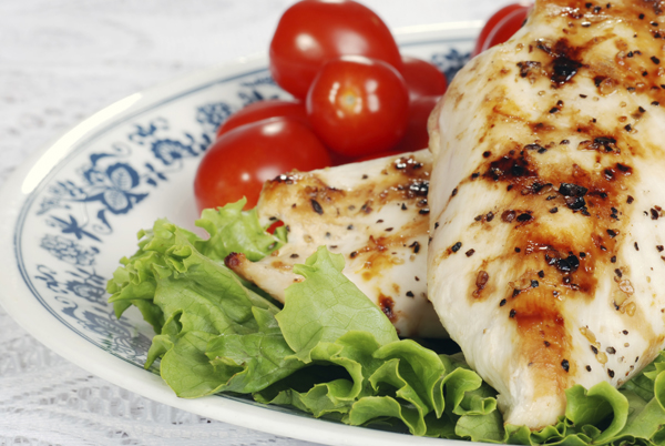 macro grilled chicken with lettuce and tomatoes small Trbušnjaci se prave u kuhinji