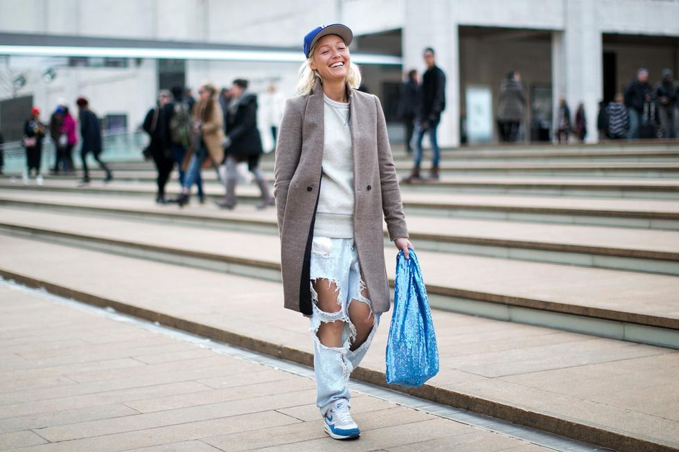 new york fashion week autum winter 2014 street style trends ripped jeans 01 Trend alarm: Pocepaj svoje farmerke