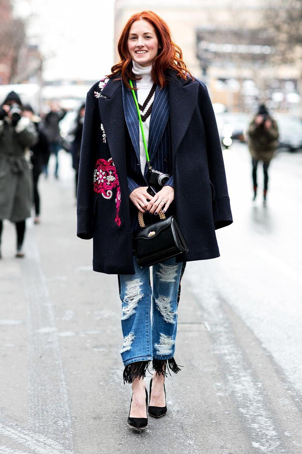new york fashion week autum winter 2014 street style trends ripped jeans 04 Trend alarm: Pocepaj svoje farmerke